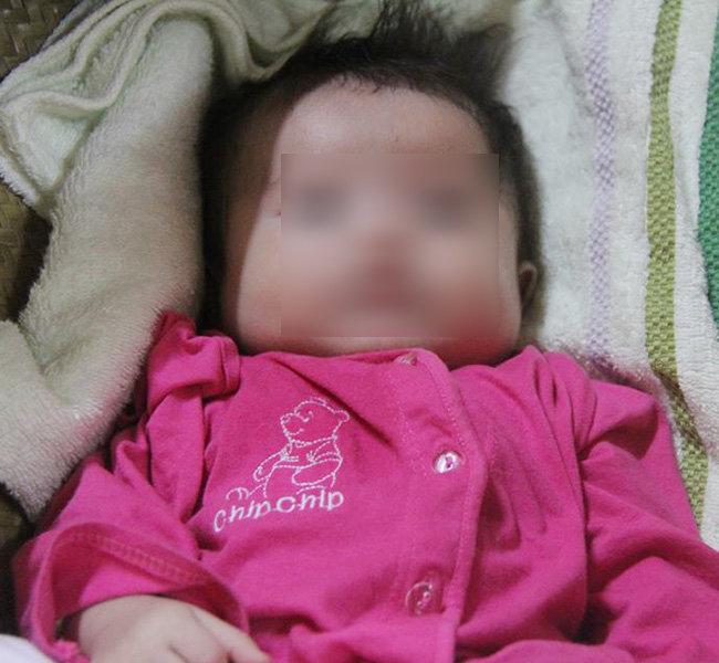 Bé gái 3 tháng tuổi bị bỏ rơi trước cửa nhà người đàn bà muộn con - Ảnh 3