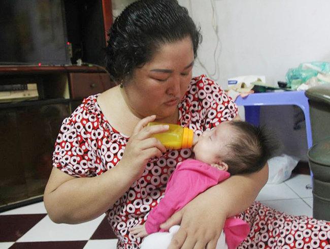 Bé gái 3 tháng tuổi bị bỏ rơi trước cửa nhà người đàn bà muộn con - Ảnh 4