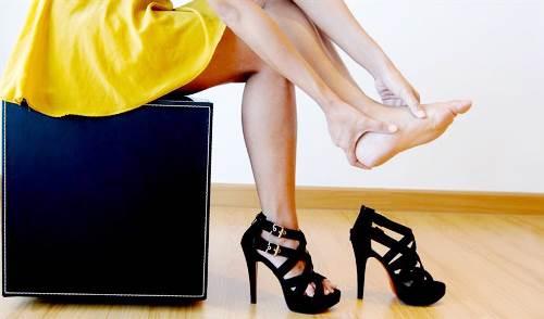 Mang giày cao gót thường xuyên dễ gây suy tĩnh mạch - Ảnh 1