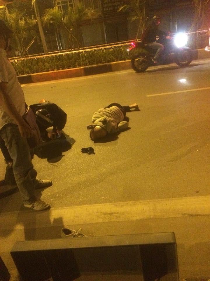 Hà Nội: Thanh niên bị thương nặng vì đi xe máy ''tốc độ bàn thờ'' rồi tự lao vào dải phân cách - Ảnh 1