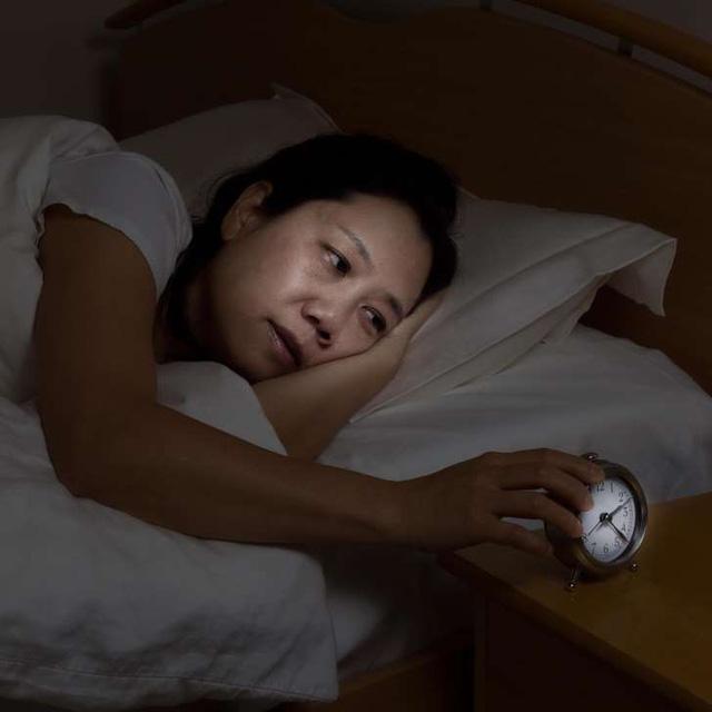 Thiếu ngủ gây hại cho thần kinh ngang uống rượu - Ảnh 1