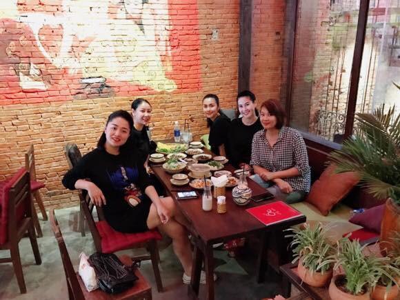 Đi ăn cùng bạn bè, Hà Tăng lại khéo léo che chắn vòng hai giữa tin đồn bầu bí? - Ảnh 1