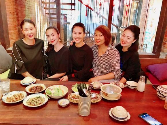 Đi ăn cùng bạn bè, Hà Tăng lại khéo léo che chắn vòng hai giữa tin đồn bầu bí? - Ảnh 2