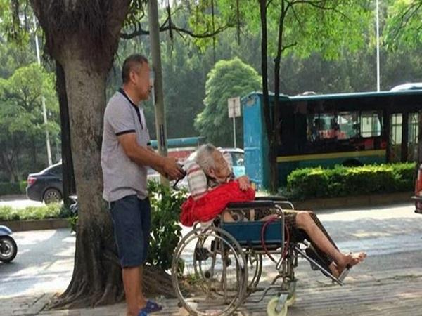 Cụ bà 87 tuổi vất vưởng ngoài đường suốt đêm dù có con đàn cháu đống, lời giải thích của người con khiến ai nấy đều phẫn nộ
