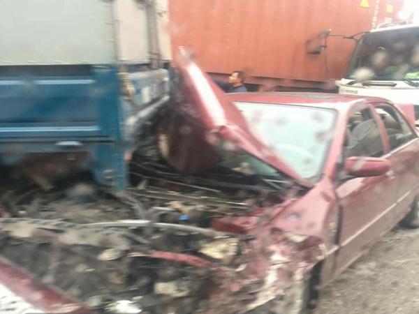 Bắc Ninh: Xe tải gây tai nạn liên hoàn khiến xe con bẹp rúm cả đầu lẫn đuôi