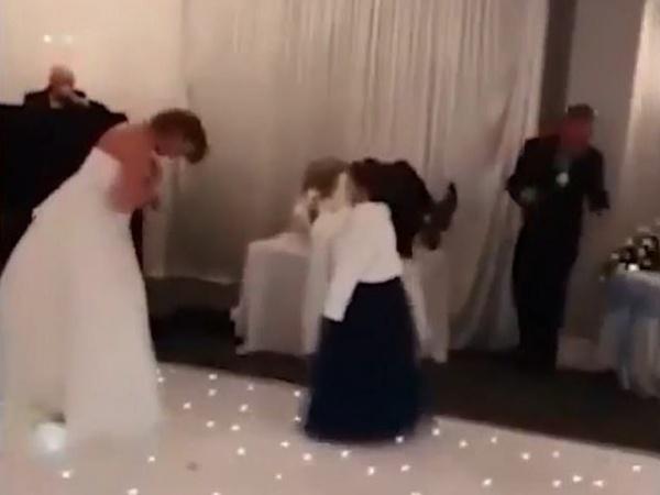 Bạn gái cũ chú rể xông vào đám cưới đánh ghen, cô dâu đứng cười vui vẻ và sự thật đằng sau