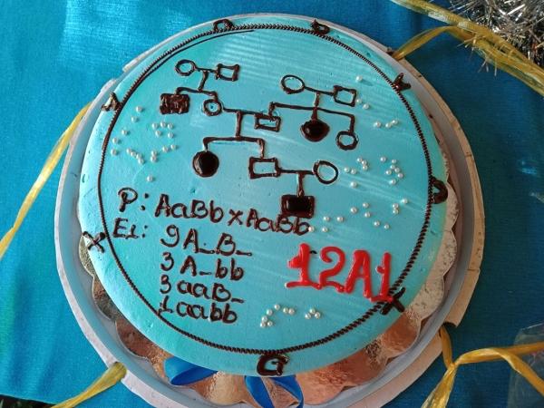 """Bánh sinh nhật của giáo viên có khác, nhìn là biết ngay chủ nhiệm môn gì và chỉ bằng một chi tiết nhỏ cũng biết độ """"mặn"""" của cô"""