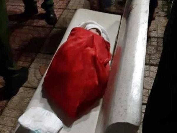 Xót xa: Bé gái mới 1 tuần tuổi bị bỏ rơi trên ghế đá sau cơn mưa lớn