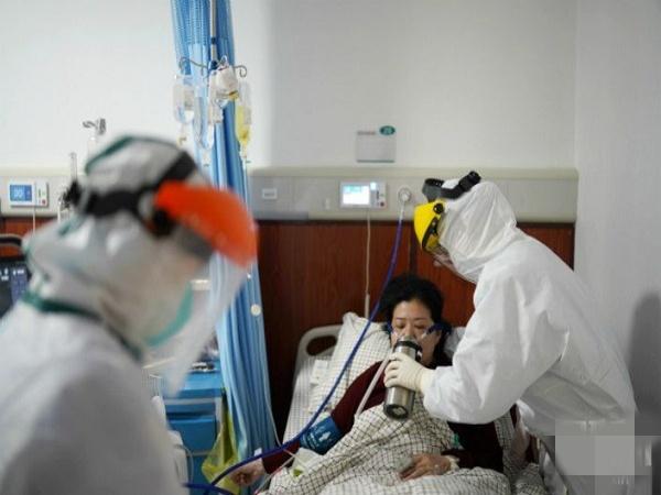 Bên trong bệnh viện Vũ Hán: Bệnh nhân nắm chặt tay cầu xin đừng bỏ rơi