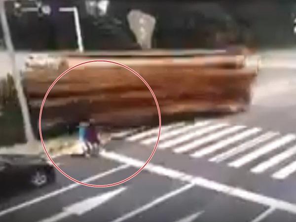 Clip: Hai mẹ con dừng đèn đỏ bị xe container chở gỗ đè chết thương tâm