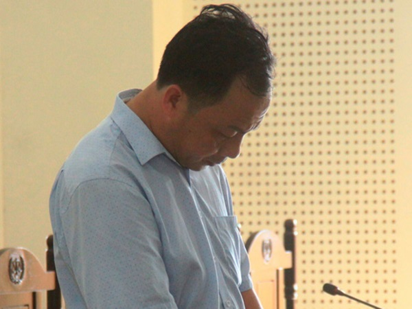 Bị phát hiện dâm ô bé gái hàng xóm, gã đàn ông U50 cùng vợ sang nhà quỳ gối xin lỗi cha mẹ nạn nhân