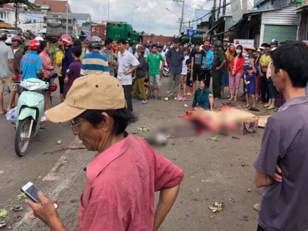 Bình Phước: Kinh hoàng thùng container văng xuống đường làm 2 vợ chồng thương vong, người thân khóc nghẹn tại hiện trường