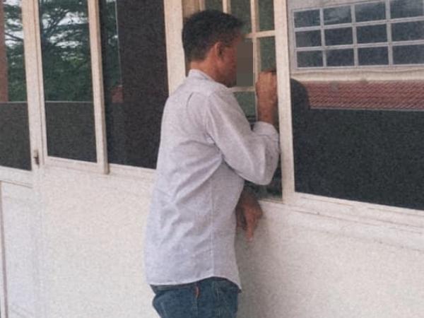 Xúc động hình ảnh người cha nghèo đứng ngoài cửa lớp chờ con gái nhập học, nhìn gói tiền trong tay mà ứa nước mắt