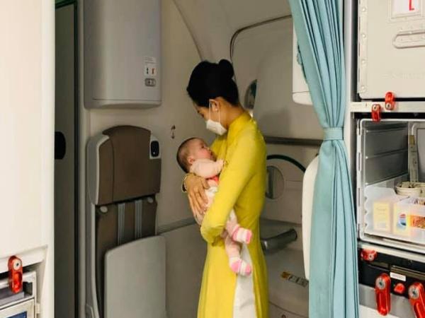 Cảm động, nữ tiếp viên dỗ em bé trên chuyến bay từ châu Âu về Việt Nam
