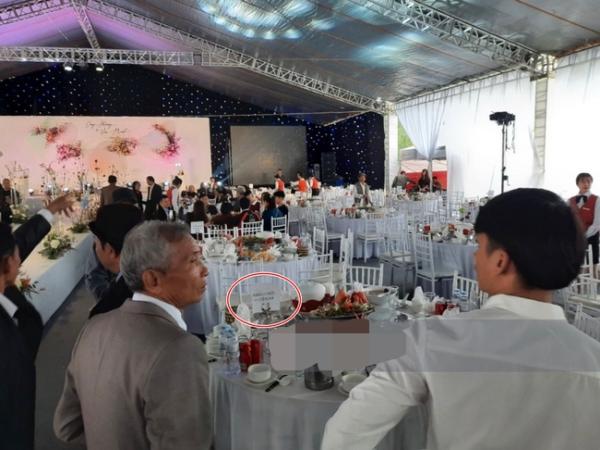"""Cận cảnh thực đơn """"cỗ quê"""" lên tới 10 món gia đình Công Phượng tiếp đãi quan khách, trên mỗi bàn tiệc còn có một chi tiết khiến nhiều người nể vì sự tinh tế"""