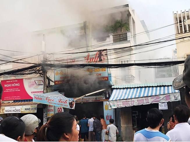 TP.HCM: Cha hoảng sợ gọi cảnh sát vào cứu con trong ngôi nhà đang cháy ngùn ngụt