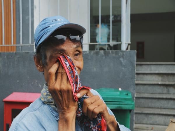 """Chú shipper bị liệt 2 chân ở Sài Gòn: """"Người ta tay chân lành lặn mới đi ship hàng ở xa được, còn chú thì..."""""""