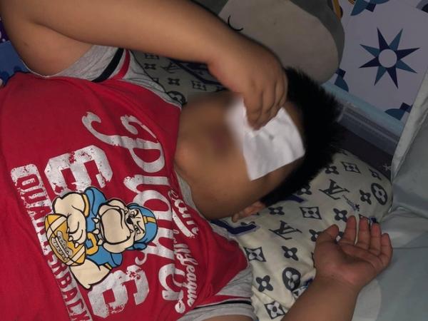 Chứng kiến bố mẹ cãi vã, đánh nhau, con trai 8 tuổi nói một câu khiến người lớn lặng thinh