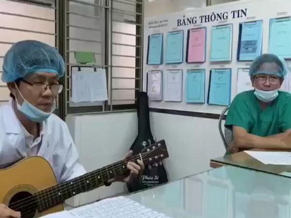 """Clip: Bác sĩ Bệnh viện C Đà Nẵng cất tiếng hát động viên tinh thần mọi người: """"Cả nước một lòng chắc bão sẽ mau tan"""""""