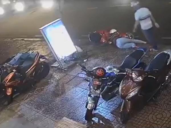 Clip vợ bị chồng đánh như kẻ thù, ngồi khóc bên vệ đường trong đêm mưa gây 'bão' mạng