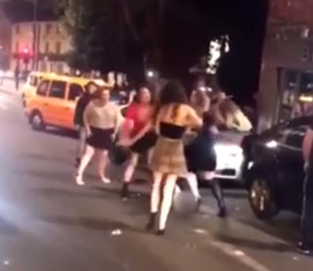 Clip hàng chục gái xinh lao vào nắm đầu, đánh nhau tơi tả trên phố gây xôn xao