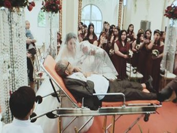 Rơi nước mắt clip người cha hấp hối nằm trên cáng cứu thương nắm tay con vào lễ đường