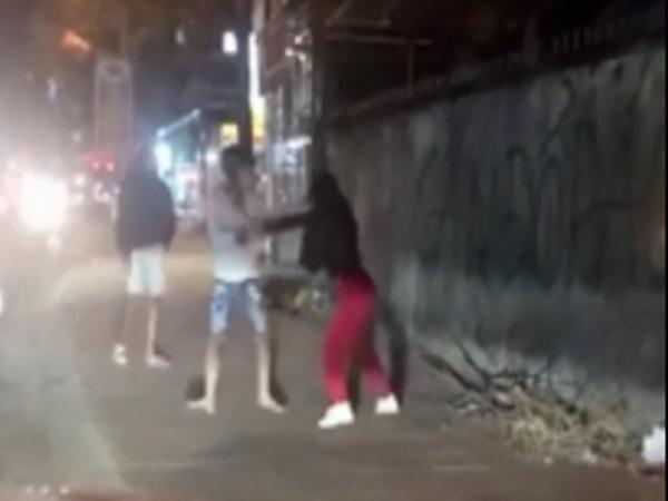 Clip: Vợ đi nhậu không xin phép, chồng giận dữ đánh ngay giữa đường