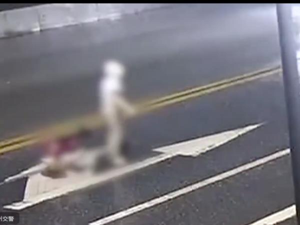 Đứng giữa đường cãi nhau với bạn trai, cô gái bất ngờ bị ô tô tông tử vong thương tâm