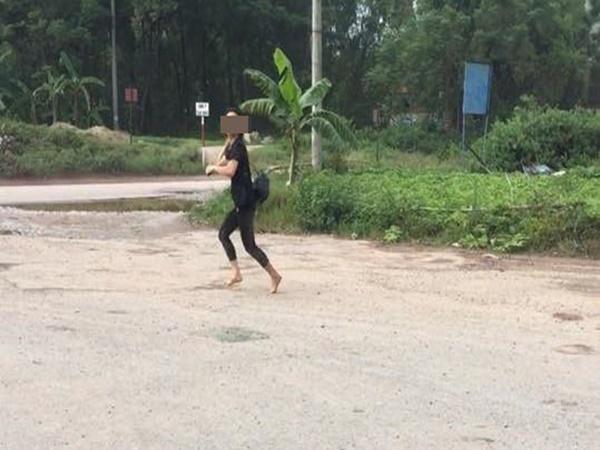 Cô gái hoảng sợ, chân trần lao ra giữa đường sau khi bị vợ nhân tình bắt quả tang