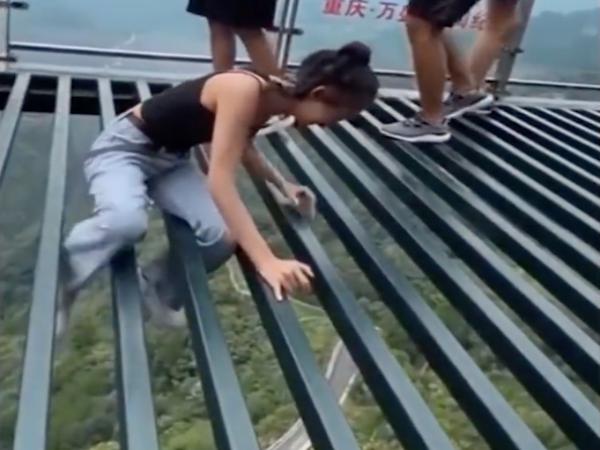 Cô gái lê lết, cầu cứu trên cầu nhưng không ai giúp đỡ, cảnh tượng xung quanh gây ngỡ ngàng