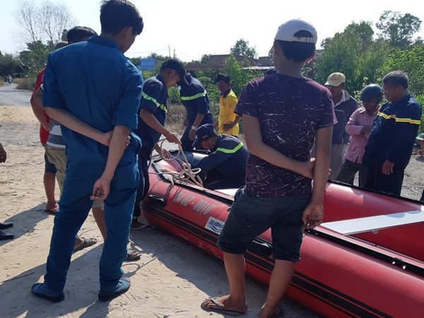 Rơi nước mắt cảnh người cha bị thương vẫn cố cứu con trai 5 tuổi trước khi chìm xuống sông