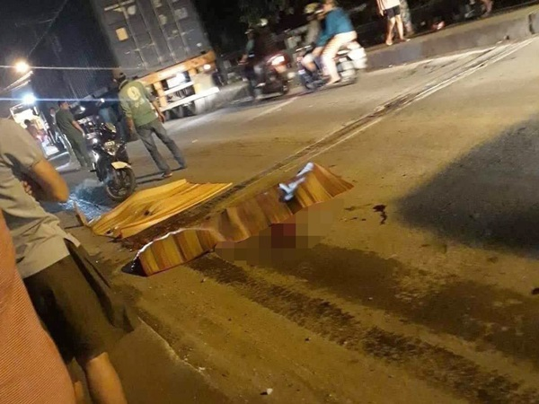 Thương tâm: Cha mẹ ngã quỵ bên thi thể con gái 6 tuổi bị xe tải cán chết ở Sài Gòn