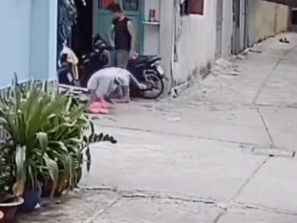 Clip: Con trai hung hãn xô đẩy, đánh đập cha mẹ già ngay trước cửa nhà khiến dân tình bức xúc