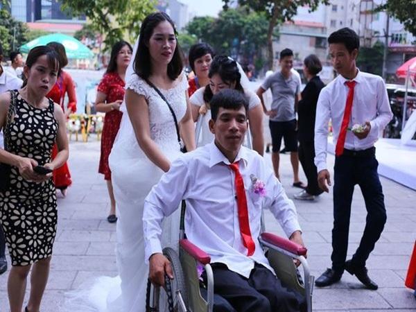 """Đám cưới trong mơ của cặp vợ chồng mù loà: 'Chưa bao giờ nhìn thấy nhau nhưng tôi cảm nhận được tình yêu của nhau""""."""