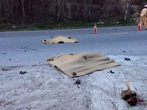 Đau lòng cảnh cha và con gái bị xe khách mất lái đâm tử vong