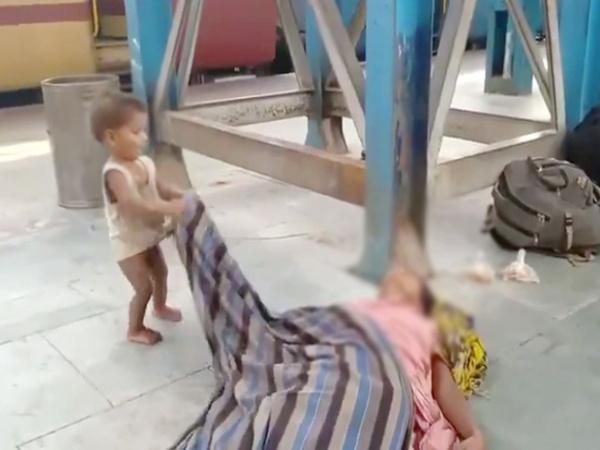 Đau xót hình ảnh em bé ngơ ngác lay gọi mẹ đã mất giữa sân ga, hé lộ cơn khủng hoảng kinh hoàng nhất mà đất nước 1,3 tỉ dân đang đối mặt
