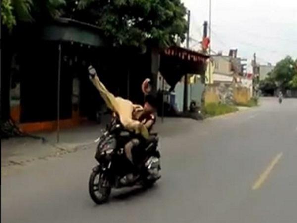 Đi xe máy không đội mũ bảo hiểm, tông trọng thương CSGT