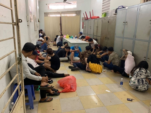 Đột kích vũ trường Đông Kinh, gần 50 dân chơi đang uốn éo trong tiếng nhạc tìm cách phi tang ma túy rồi bỏ chạy tán loạn