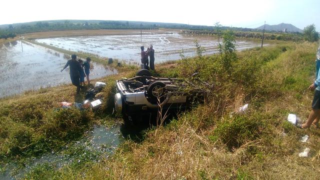 Gia đình 5 người đi xe hơi thoát hiểm 'kỳ diệu' dưới mương nước