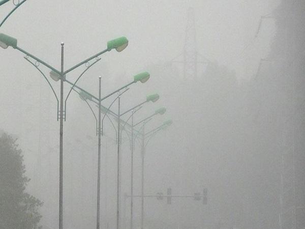 Hà Nội mờ ảo trong sương mù, tầm nhìn bị hạn chế