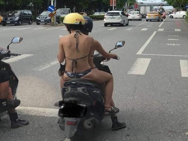 Hai cô gái thản nhiên mặc bikini chạy xe khắp phố gây xôn xao mạng xã hội