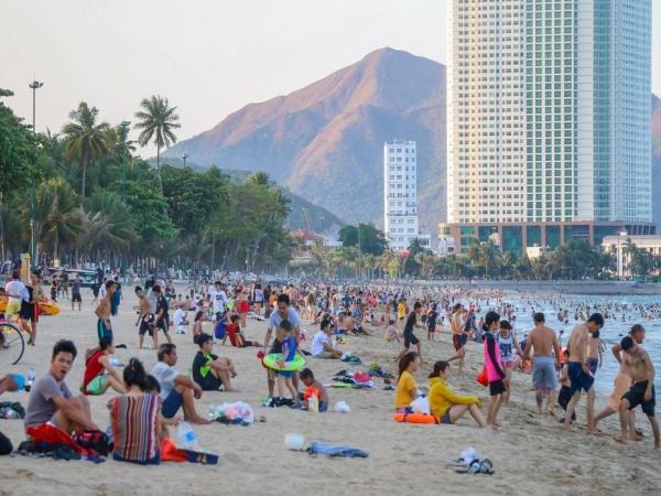 Nha Trang: Hàng nghìn người tập trung tắm biển giữa lúc cả nước oằn mình chống dịch Covid-19