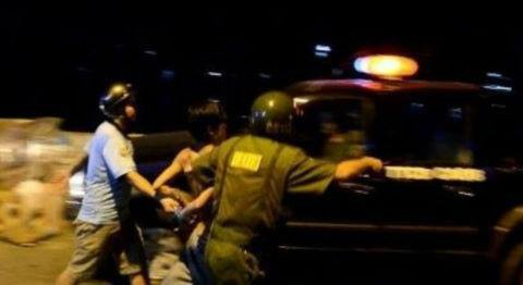 TP.HCM: Bị lập biên bản do đánh nhau, nam thanh niên xông vào hành hung công an rồi cầm dao cố thủ trong nhà