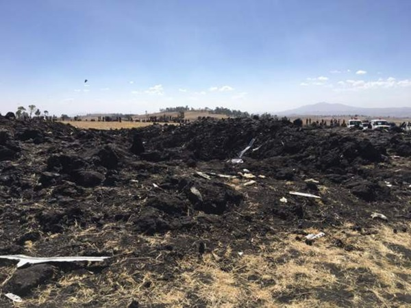 Hiện trường rơi máy bay thảm khốc ở Ethiopia: Thi thể nạn nhân la liệt, khung cảnh tang thương đầy ám ảnh