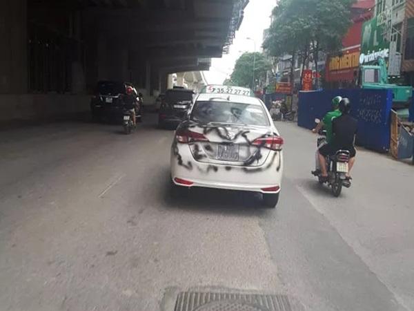 Hình ảnh chiếc taxi bị phun sơn đen chạy khắp phố khiến bao người chú ý