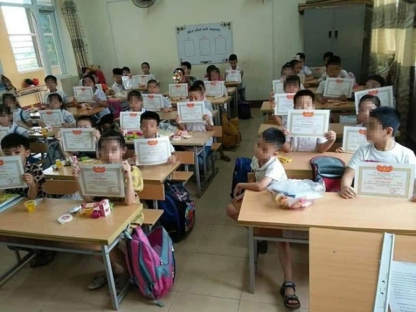 Hình ảnh gây tranh cãi nhất năm: Học sinh lạc lõng trong lớp vì không được giấy khen và tâm thư của một thầy giáo