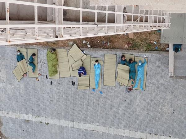 """Hình ảnh giấc ngủ """"màn trời chiếu đất"""" của những người làm công tác phòng dịch khiến nhiều người xót xa"""