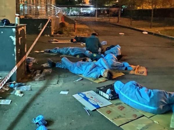 Hình ảnh xúc động trong khu cách ly KTX ĐH Quốc Gia: Giấc ngủ trên tấm bìa carton của các nhân viên y tế còn nguyên đồ bảo hộ