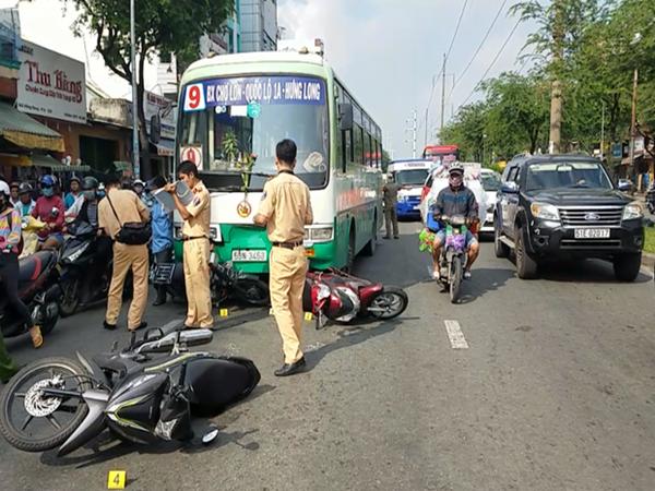 TP.HCM: Xe buýt tông hơn 10 xe máy dừng đèn đỏ, nhiều người bị thương
