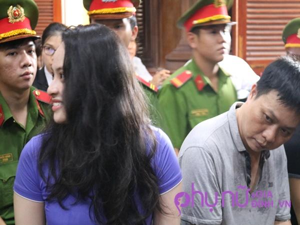 Không còn buồn bã, hot girl Ngọc Miu mỉm cười trong phiên xét xử buổi chiều